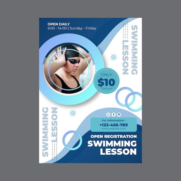 Verticale poster sjabloon voor zwemlessen Gratis Vector