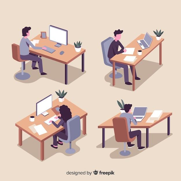 Verzameling van kantoormedewerkers zitten aan hun bureau Gratis Vector