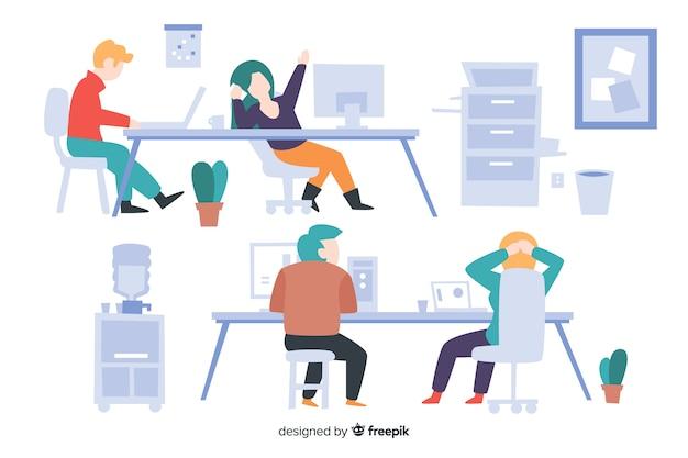 Verzameling van mensen die aan hun geïllustreerde bureaus werken Gratis Vector