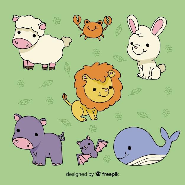 Verzameling van schattige dieren op groene achtergrond Gratis Vector