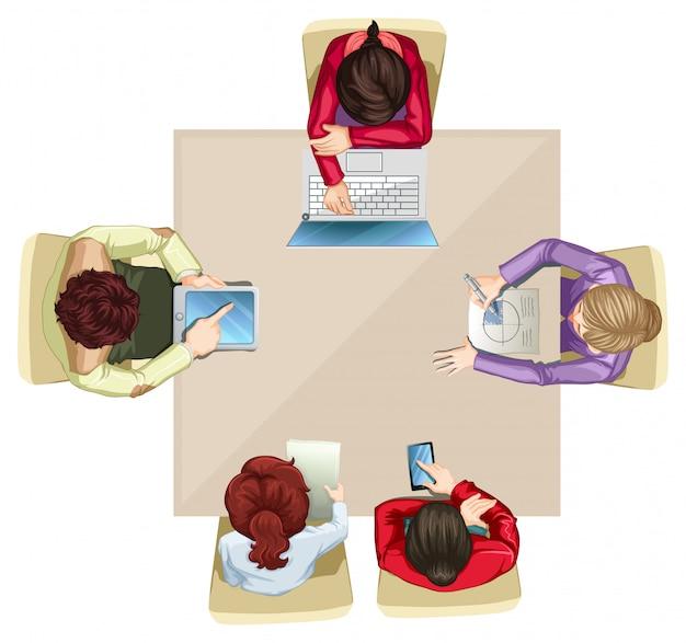 Vier bedrijfsmensen die bij de lijst werken Gratis Vector