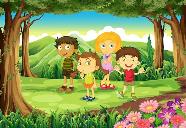 Vier kinderen in het bos Gratis Vector