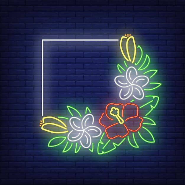 Vierkant frame met neonreclame van hibiscuses. bos van tropische bloemen met groene bladeren. Gratis Vector