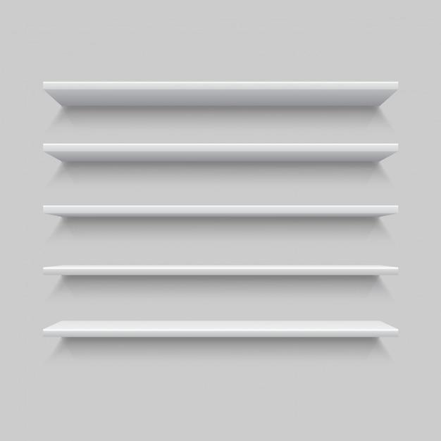 Vijf witte realistische planken. mock up of sjabloon van lege plank op grijze muur. Premium Vector