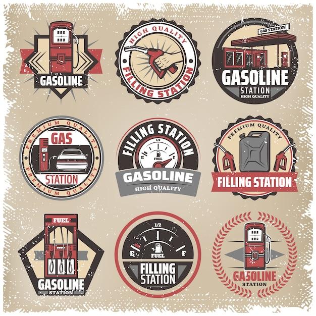 Vintage gekleurde tankstation labels set met benzine pompen bus brandstofmeter auto bijvullen benzine mondstuk geïsoleerd Gratis Vector