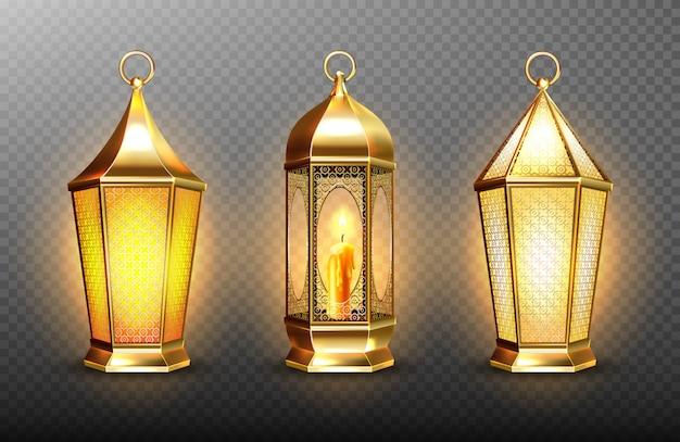 Vintage gouden arabische lantaarns met gloeiende kaarsen. realistische set hangende lichtgevende lampen met gouden arabisch ornament. islamitische glanzende fanous geïsoleerd op transparante achtergrond Gratis Vector