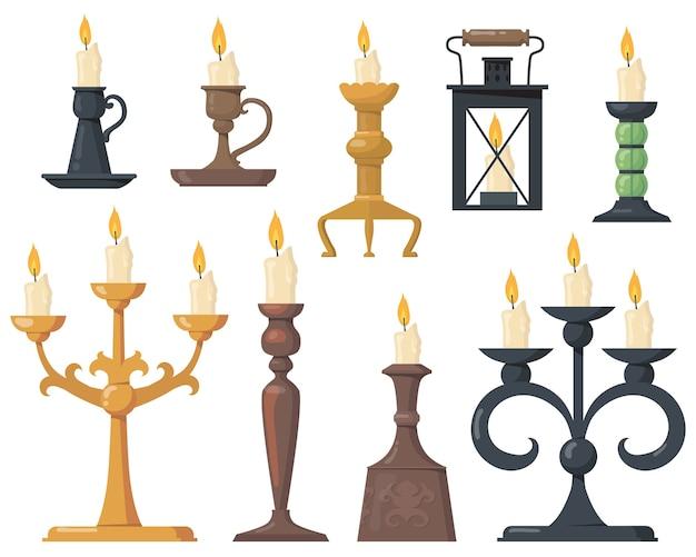 Vintage kaarsen in kandelaars platte set. cartoon elegante victoriaanse kandelaars en retro houders voor kaarsen geïsoleerde vector illustratie collectie. ontwerpelementen en decoratieconcept Gratis Vector