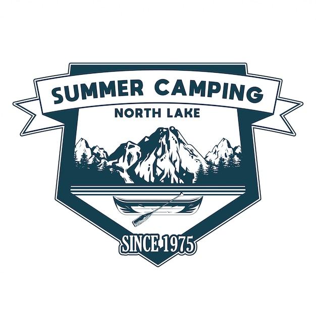 Vintage stijl print ontwerp illustratie van embleem, patch, badges met houten kano voor reis op het meer en sommige bomen en bergen avontuur, reizen, zomer kamperen, buiten, natuurlijk, concept Premium Vector