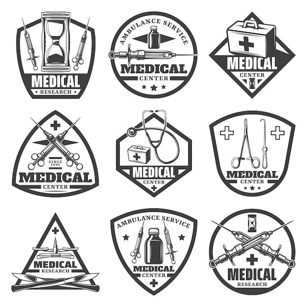 Vintage zwart-wit medische etiketten instellen met zandloper dokterstas spuit stethoscoop fles schalen chirurgische instrumenten geïsoleerd Gratis Vector