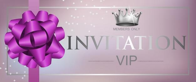 Vip-uitnodiging belettering met lint boog en kroon Gratis Vector