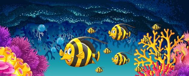 Vissen die onder de oceaan zwemmen Gratis Vector