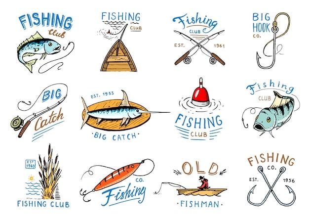 Visserij logo visserij logo met visser in boot en embleem met gevangen vishengel. Premium Vector