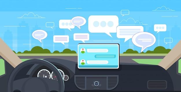 Voertuig cockpit met slimme rijhulp sociale netwerk chat bubble communicatie chatten messaging concept auto computer boord scherm moderne auto-interieur horizontaal Premium Vector