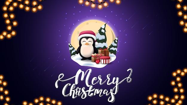 Vrolijk kerstfeest, blauwe ansichtkaart met grote volle maan, sneeuwlaag, dennen, sterrenhemel en pinguïn in kerstman hoed met cadeautjes Premium Vector