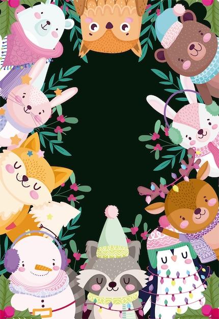 Vrolijk kerstfeest, leuke tekenfilm dieren en holly berry zwarte achtergrond frame Premium Vector