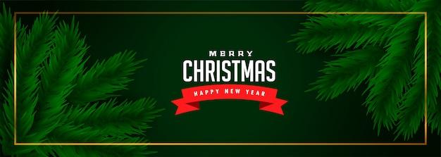 Vrolijke kerstmis groene banner met pijnboomboombladeren Gratis Vector