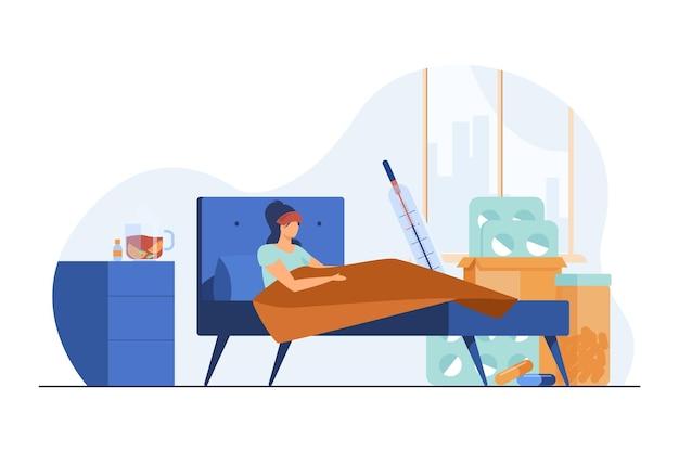 Vrouw die aan griep lijdt en in bed ligt. hoge lichaamstemperatuur, pillen, warme drank vlakke afbeelding Gratis Vector