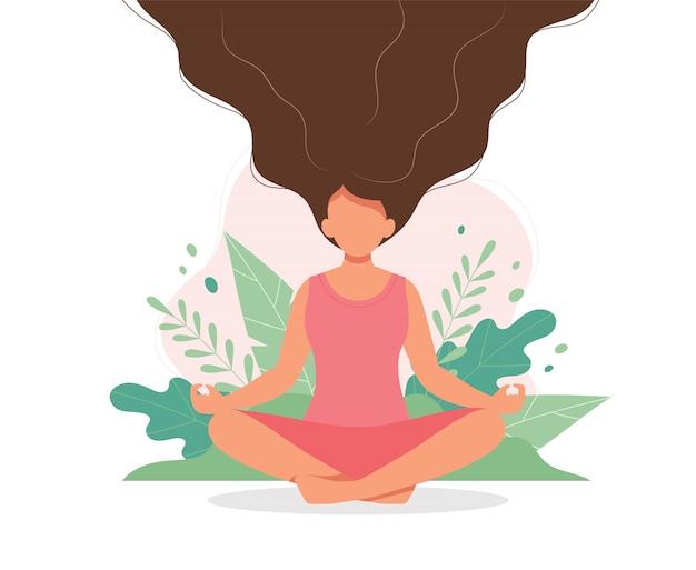 Vrouw die met omhoog bladeren en haar haar mediteren. Premium Vector