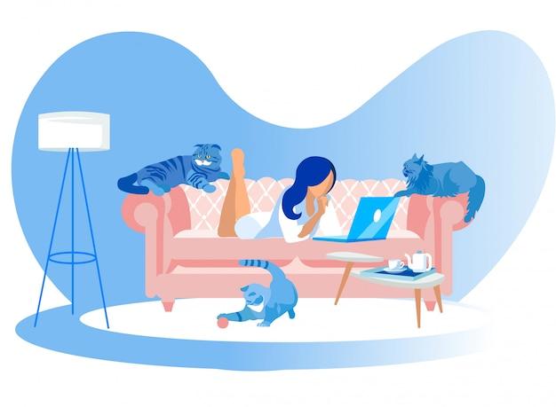 Vrouw die op laag met rond laptop en katten ligt Premium Vector