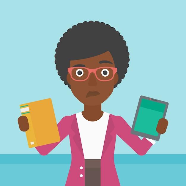 Vrouw die tussen boek en tabletcomputer kiest. Premium Vector