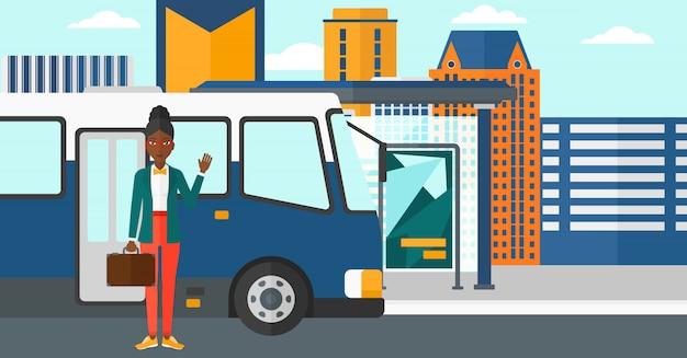 Vrouw die zich dichtbij bus bevindt Premium Vector