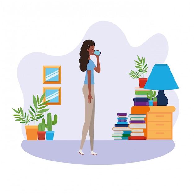 Vrouw die zich in de woonkamer met boeken bevindt Premium Vector
