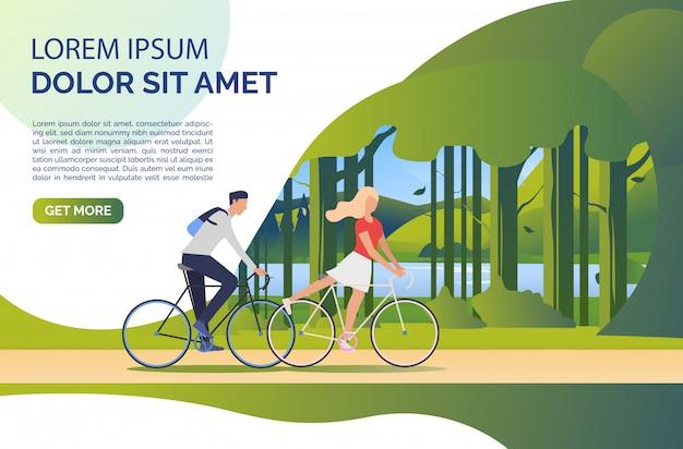 Vrouw en man rijden fietsen, groen landschap en voorbeeldtekst Gratis Vector