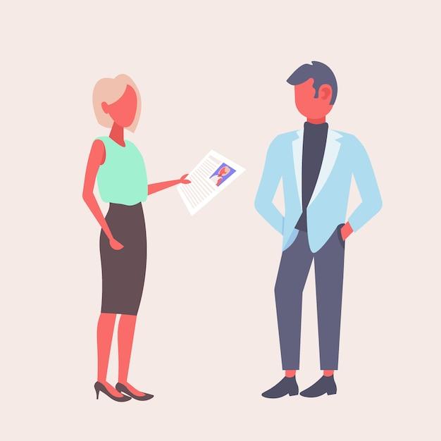 Vrouw hr houden cv-formulier stellen vraag aan mannelijke sollicitant zakenvrouw recruiter werkgever lezen hervatten nieuwe kandidaat vacature concept plat Premium Vector