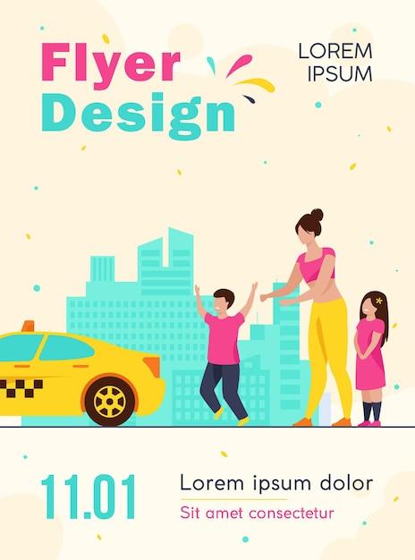 Vrouw met kinderen vangen taxi flyer-sjabloon Gratis Vector