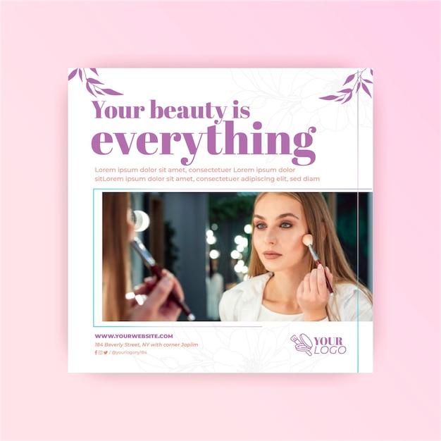 Vrouw met make-up cosmetische vierkante sjabloon folder Premium Vector