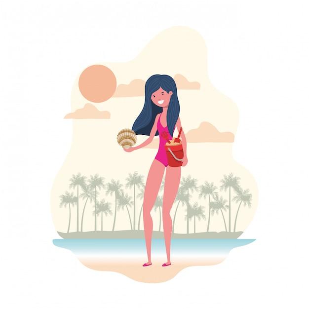 Vrouw met zwempak en zandemmer Gratis Vector