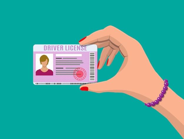 Vrouw rijbewijs in de hand Premium Vector