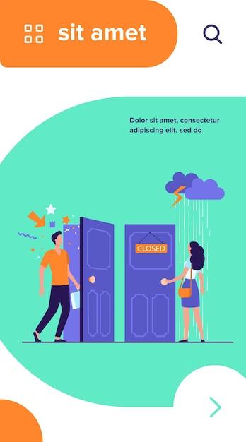 Vrouw stond in regen en onweer bij dichte deur. man komt door open deur met feestelijke confetti Gratis Vector