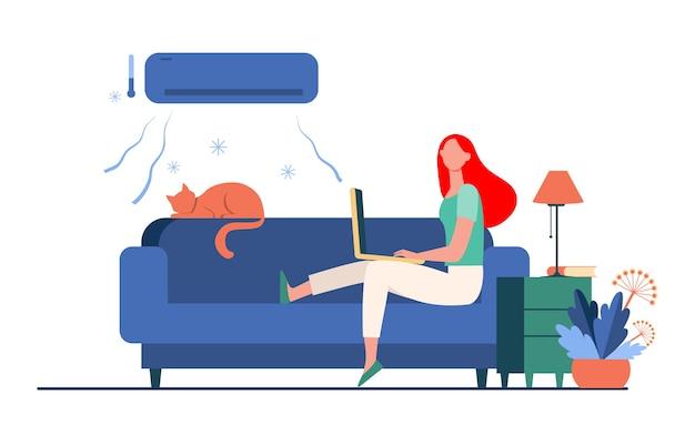 Vrouw zittend op de bank met kat en laptop onder airconditioner. meisje, koeling, bank platte vectorillustratie. thuis en freelance Gratis Vector