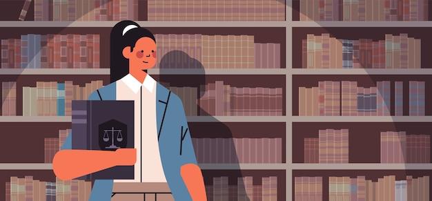 Vrouwelijke advocaat bedrijf rechter boek juridisch recht advies justitie concept portret horizontale vectorillustratie Premium Vector