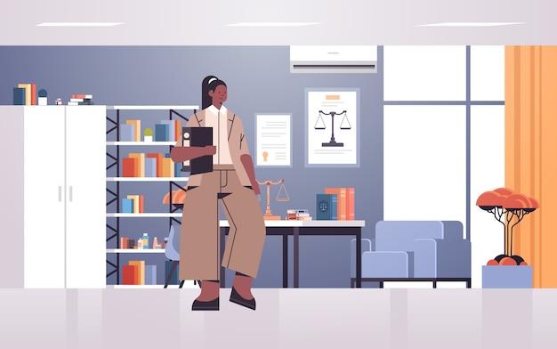 Vrouwelijke advocaat bedrijf rechter boek of map juridisch recht advies justitie concept moderne kantoor interieur volledige lengte horizontale vector illustratie Premium Vector