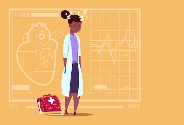 Vrouwelijke afrikaanse amerikaanse arts vermoeide duttende medical clinics worker ziekenhuis Premium Vector