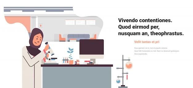 Vrouwelijke arabische wetenschapper werkende banner Premium Vector