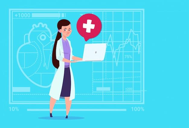 Vrouwelijke arts hold laptop computer online raadpleging medische klinieken werknemer ziekenhuis Premium Vector