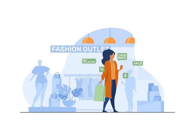 Vrouwelijke klant bezoeken in fashion outlet. vrouw met mobiele telefoon en tas in de buurt van winkel weergeven platte vectorillustratie. winkelen, verkoop, retailconcept Gratis Vector