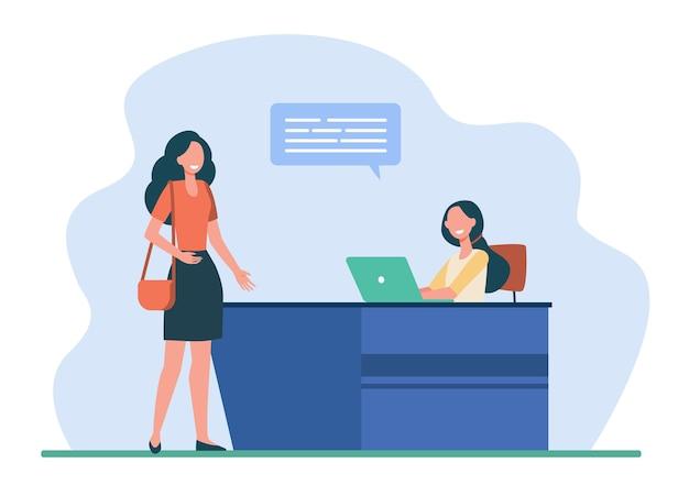 Vrouwelijke klant of bezoeker in gesprek met receptioniste. bureau, tekstballon, laptop platte vectorillustratie. service en communicatie Gratis Vector