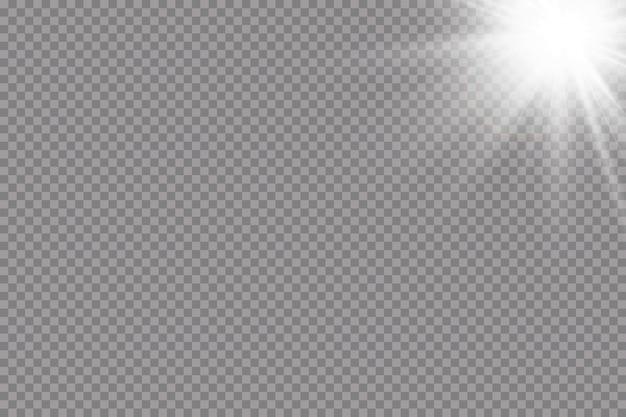 Warme zon achtergrond. leto.bliki zonnestralen. wit gloeiend licht explodeert op een transparante achtergrond. met straal. transparante stralende zon, felle flits. speciaal lensflare-lichteffect. Premium Vector