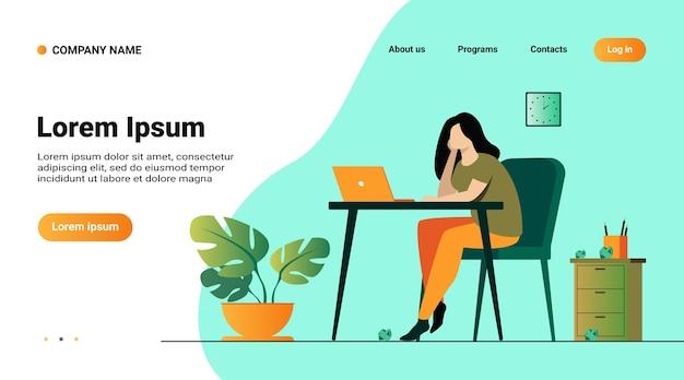 Website sjabloon, bestemmingspagina met illustratie van cartoon uitgeput vrouw zitten en tafel en werken geïsoleerde platte vectorillustratie Gratis Vector
