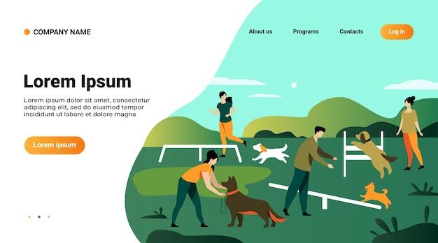 Websitemalplaatje, bestemmingspagina met illustratie van gelukkige mensen die honden trainen op springuitrusting in het stadspark Gratis Vector