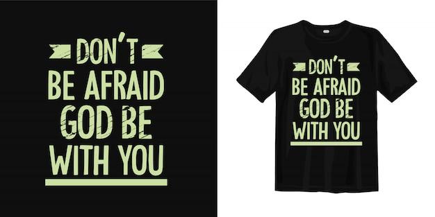 Wees niet bang, god zij met u. inspirerende religie citeert t-shirtontwerp Premium Vector