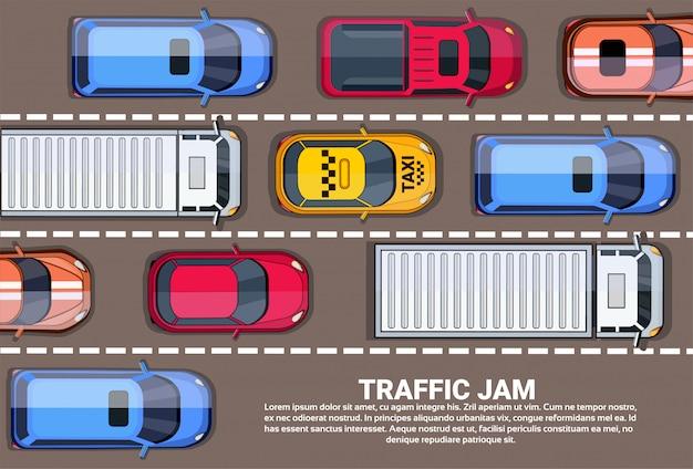 Weghoogtepunt van auto's en vrachtwagens hoogste hoekmening verkeersopstopping op weg Premium Vector