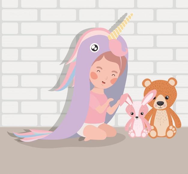 Weinig babymeisje met gevuld speelgoed en kostuum Gratis Vector