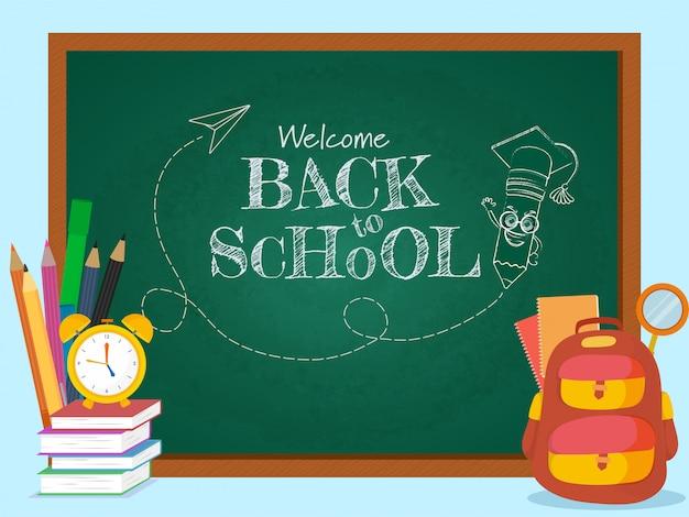 Welkom terug op school tekst schetsen met cartoon potlood mortarboard dragen op groene schoolbord en leveringselementen. Premium Vector
