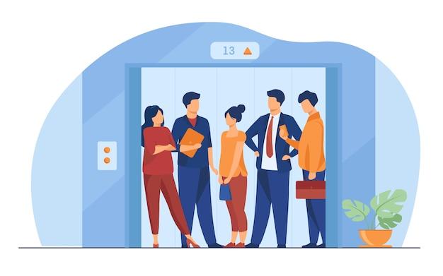 Werknemers die de lift van het kantoorgebouw gebruiken Gratis Vector