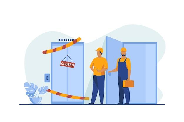 Werknemers in overall staan in de buurt van gesloten kapotte lift. reparateurs, ingenieurs, technici platte vectorillustratie. openbaar nut, dienstverleningsconcept Gratis Vector